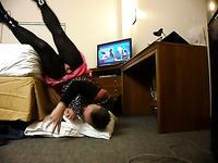 Жена снимает своего мужа кроссдрессера в женской одежде