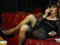 Кроссдрессер в женской одежде и белье показывает себя