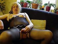 Пожилой трансвестит дрочит перед камерой в женском белье