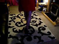 Кроссдрессер дрочит в лежа на полу в женской одежде