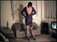 Кроссдрессер в одежде своей жены показывает себя