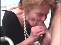Бабушка сосет член у молодого внука