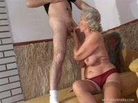 Молодой мужик дал старой бабке в рот